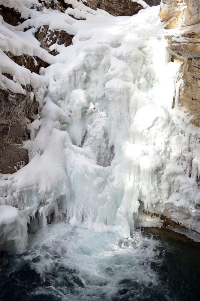 Canadá-cachoeira-parcialmente-congelada